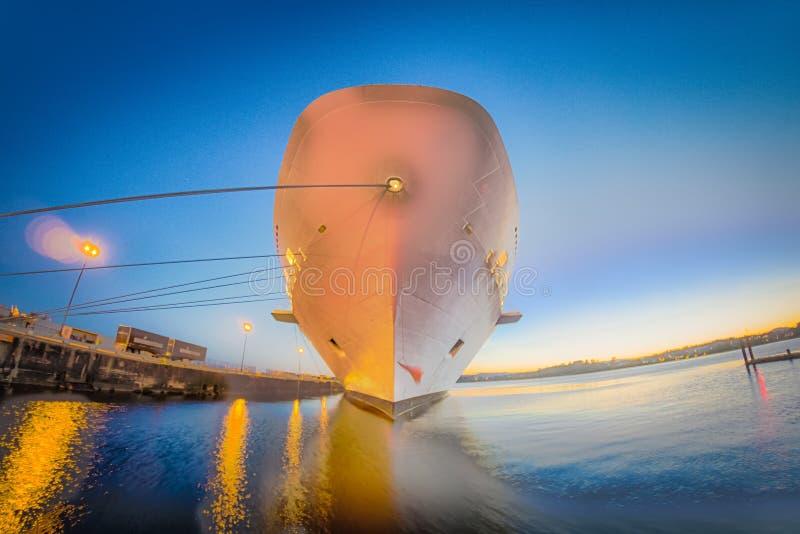 Groot die cruiseschip bij pijler bij zonsondergang wordt vastgelegd royalty-vrije stock afbeelding