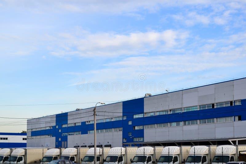 Groot distributiepakhuis en heel wat machines voor levering van goederen stock afbeeldingen