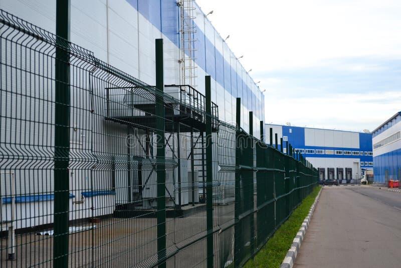 Groot distributiepakhuis met poorten voor ladingsgoederen royalty-vrije stock afbeeldingen