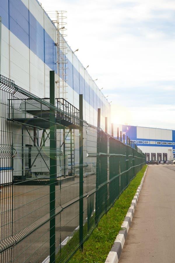 Groot distributiepakhuis met poorten voor ladingsgoederen royalty-vrije stock foto's