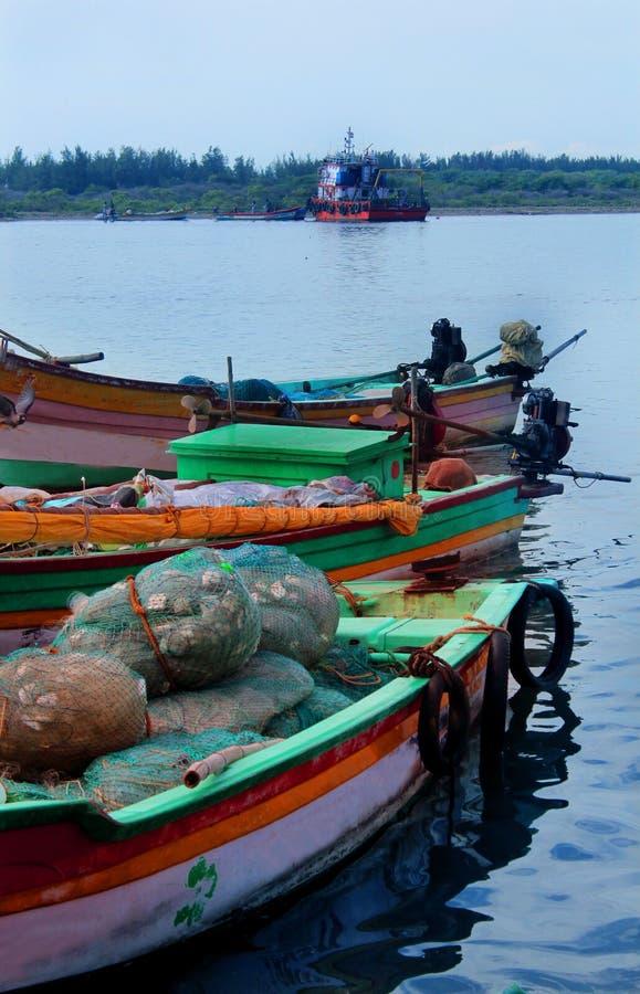 Groot en kleine boten geparkeerd in het karaikal strand stock afbeelding