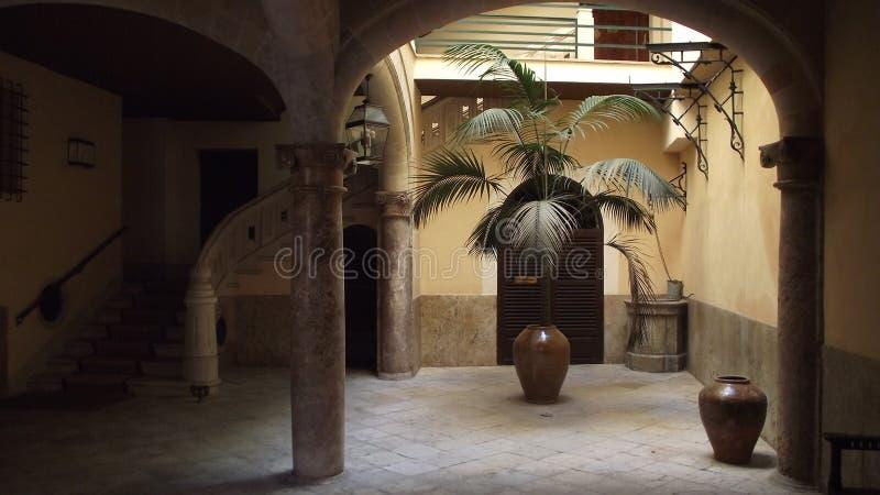 Groot exotisch huis stock afbeeldingen
