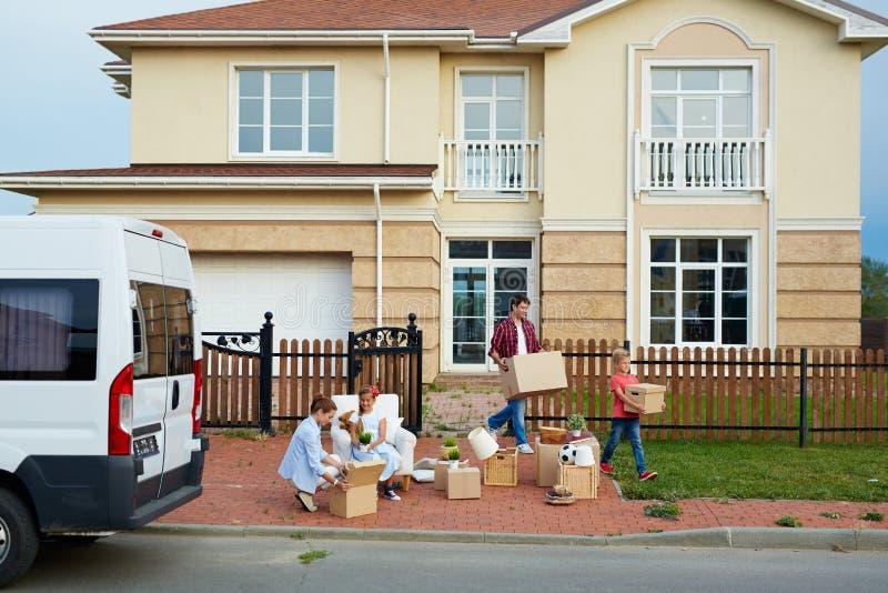 Groot Familie Bewegend Huis stock afbeelding