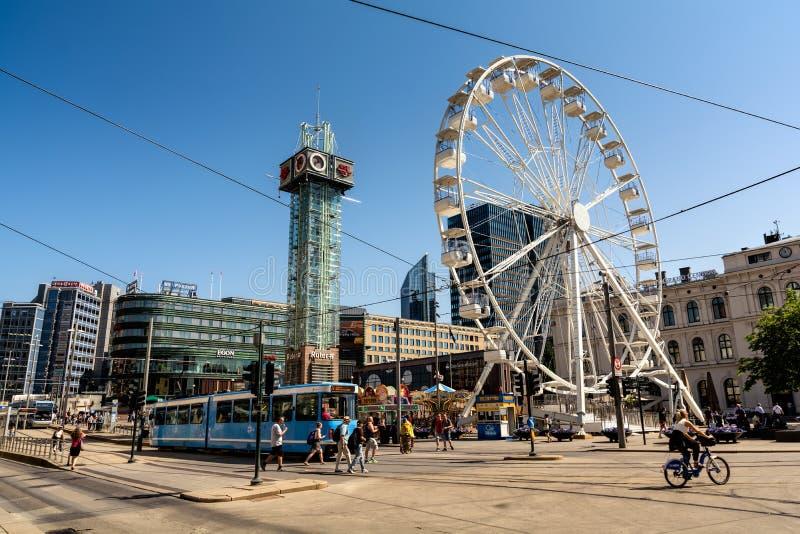 Groot Ferris Wheel in het vierkant voor de Centrale Post stock foto's
