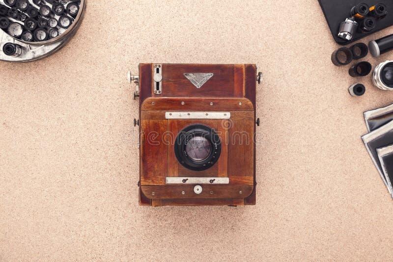 Groot formaatcamera op houten bureau Mening van hierboven Fotograafwerkruimte royalty-vrije stock foto