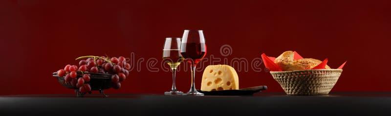 Groot-formaatpanorama met rode en witte wijn, kaas en druiven royalty-vrije stock fotografie
