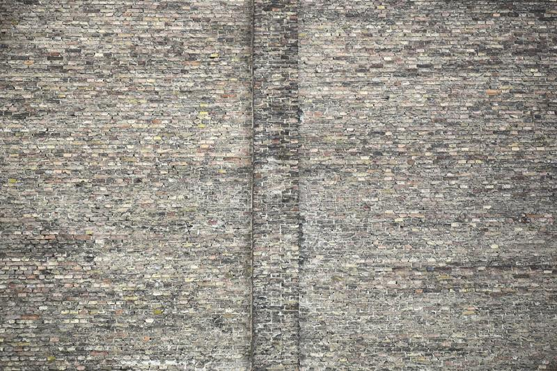 Groot fragment van oude bakstenen muur De textuur van het metselwerk van verschillende kleuren stock foto's