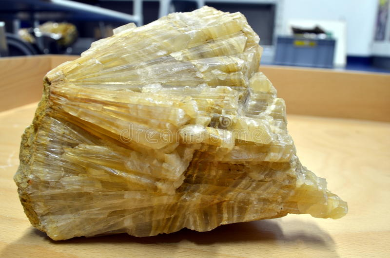 Groot geel kalkspaatmineraal stock fotografie