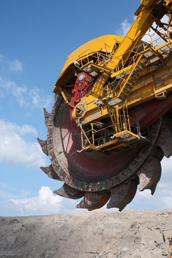 Groot geel wiel van steenkoolgraafwerktuig stock foto