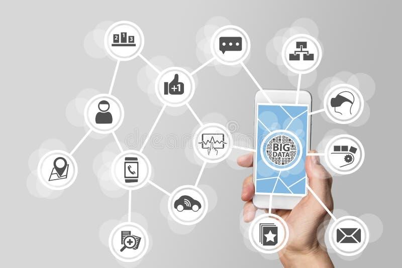 Groot gegevensconcept om groot volume van gegevens van aangesloten mobiele apparaten te analyseren Hand die slimme telefoon op wi stock foto