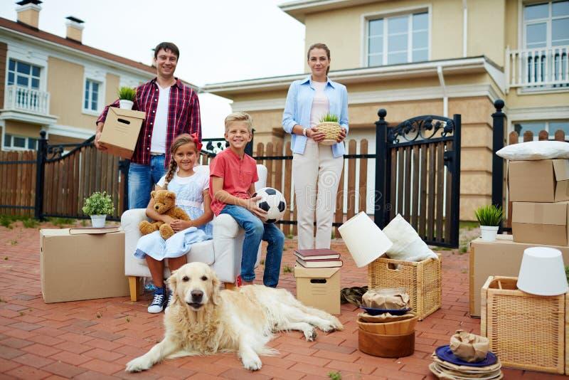Groot Gelukkig Familie Bewegend Huis stock afbeelding