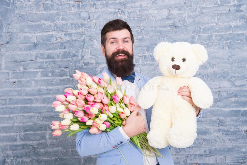 Groot genoegen de dag van vrouwen De datum van de liefde Internationale vakantie De bloem van de lente Gebaarde mens hipster met  royalty-vrije stock fotografie