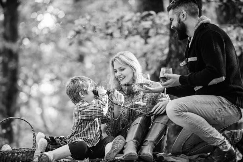 Groot genoegen Moeder, vaderliefde hun klein jongenskind De gelukkige zoon met ouders ontspant in weer van de de herfst het bosda stock foto's