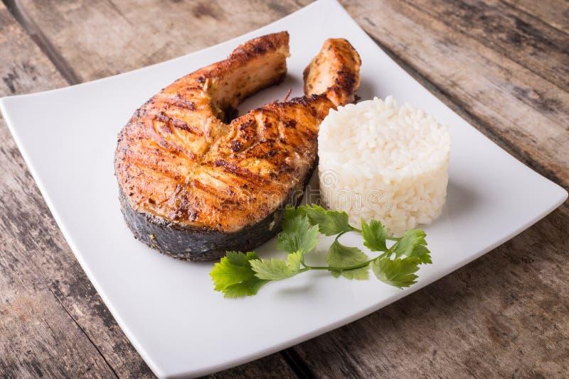 Groot geroosterd zalmlapje vlees met rijst op de plaat royalty-vrije stock foto's