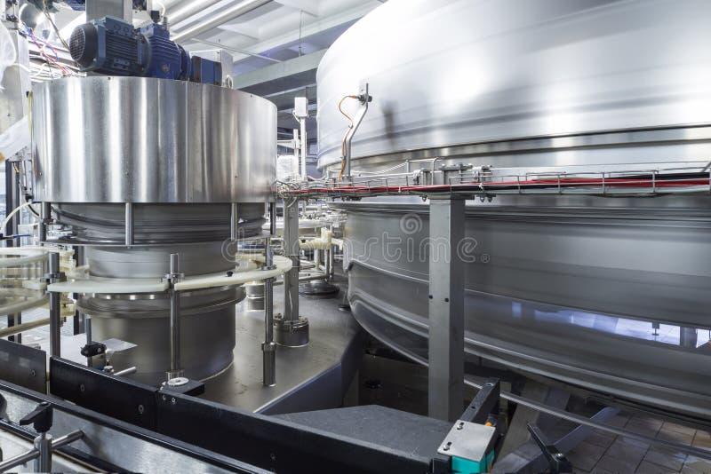 Groot glanzend tanks en buizenstelsel in brouwerij Ochakovo stock foto's