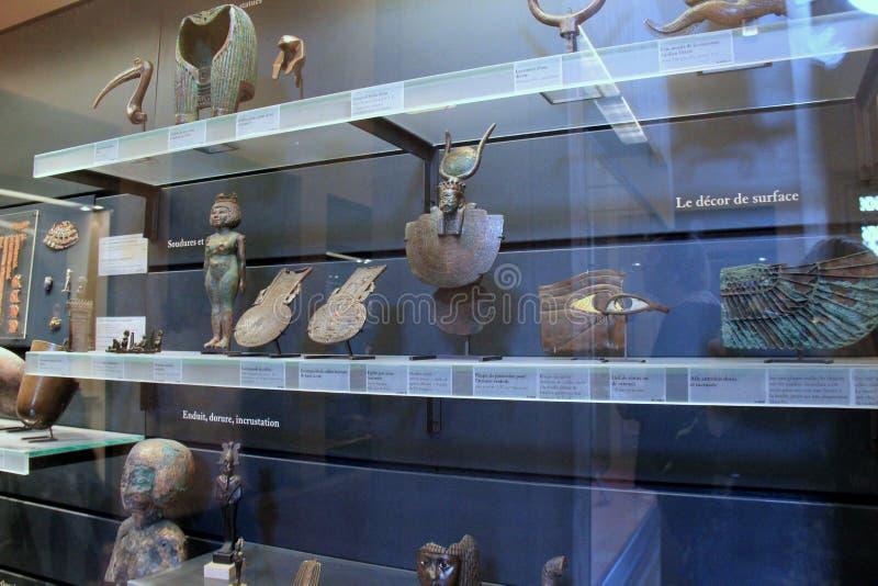 Groot glasgeval met artefacten van Egyptische uitgravingen, het Louvre, Parijs, Frankrijk, 2016 stock fotografie