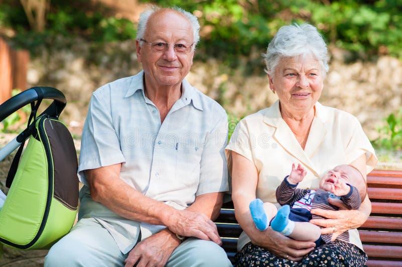 Groot - grootvader en grootmoeder en weinig babyjongen stock afbeelding