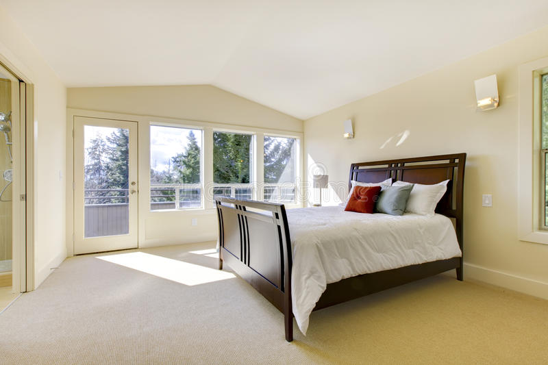 Groot helder klassiek nieuw slaapkamerbinnenland. stock afbeeldingen
