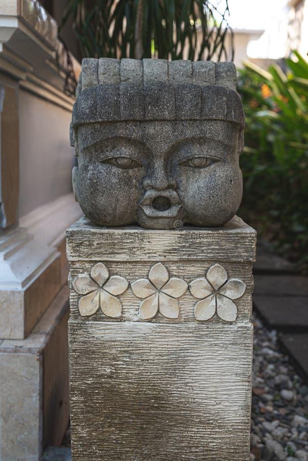 Groot hoofd blazend kusstandbeeld stock afbeeldingen