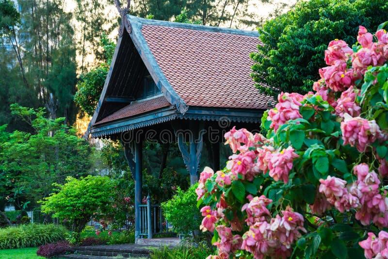 Groot houten Aziatisch de stijlpaviljoen van het land in de mooie tuin royalty-vrije stock afbeelding