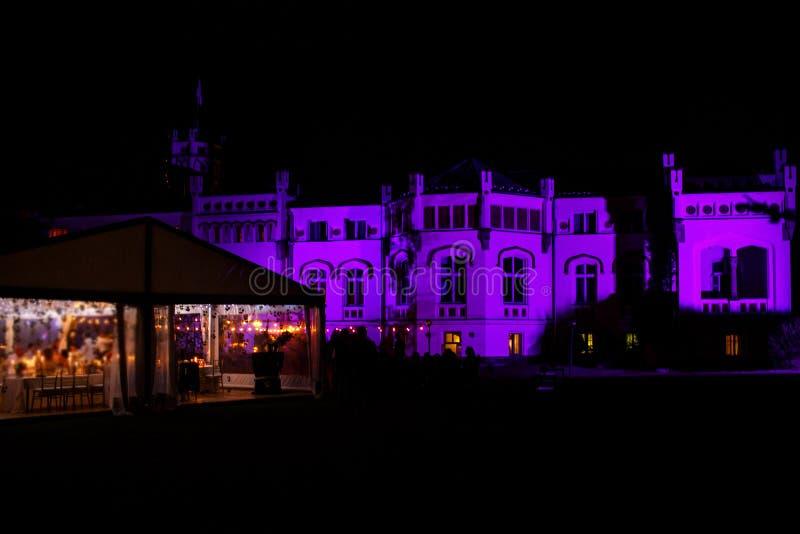 Groot huis en de witte tent van het bankethuwelijk bij nacht royalty-vrije stock fotografie