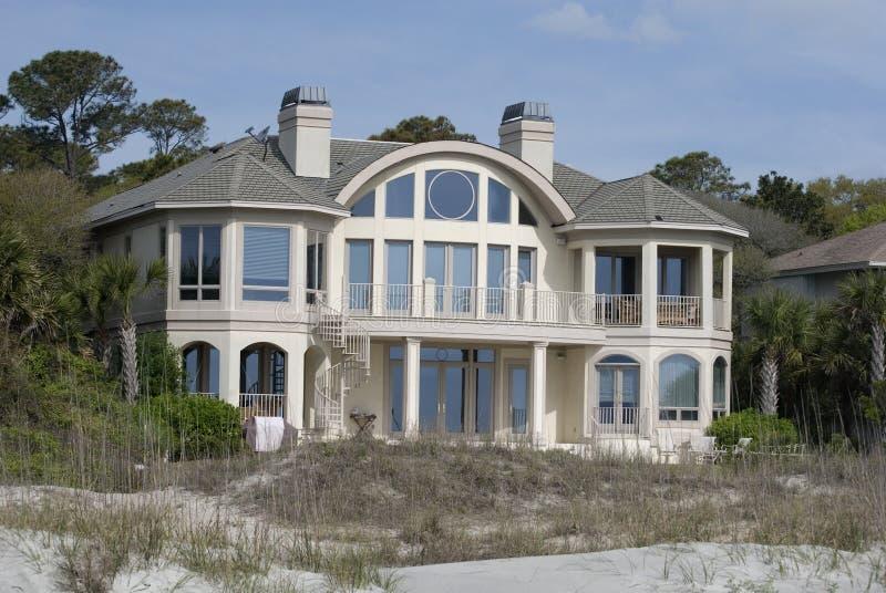 Groot huis op strand royalty-vrije stock foto