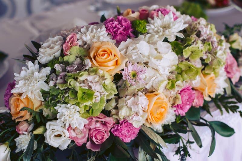 Groot huwelijksboeket van mooie bloemen stock foto