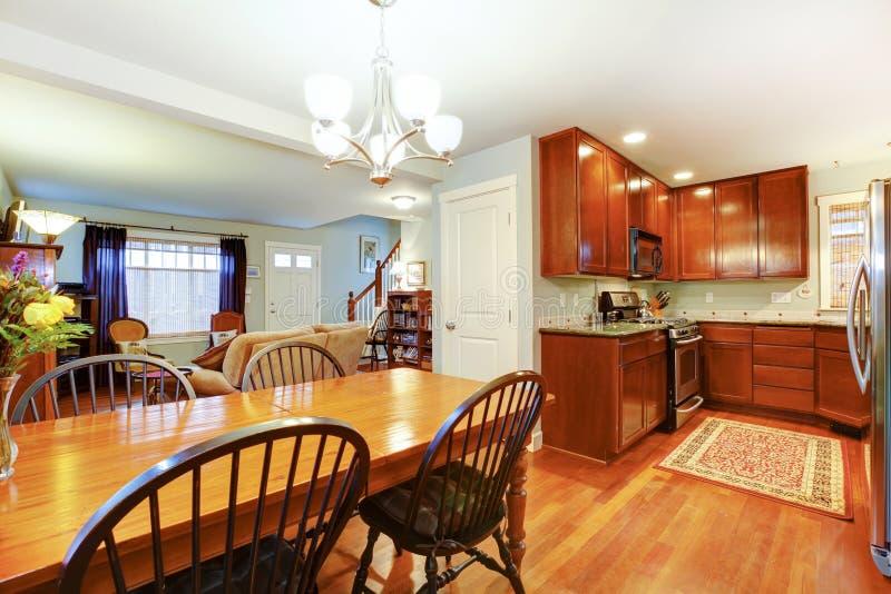 Groot idee voor een open plan van keuken, het dineren en woonkamer stock afbeeldingen