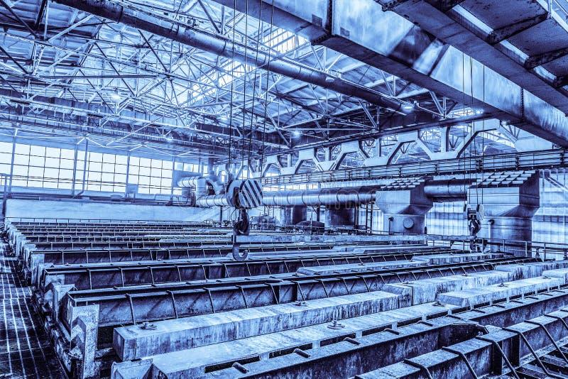 Groot industrieel bad voor het galvaniseren van de producten van het staalmetaal Achtergrond in blauwe toon royalty-vrije stock afbeeldingen