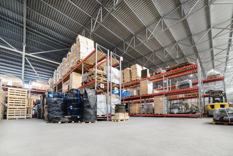 Groot industrieel hangaarpakhuis en logistiekbedrijven stock afbeeldingen