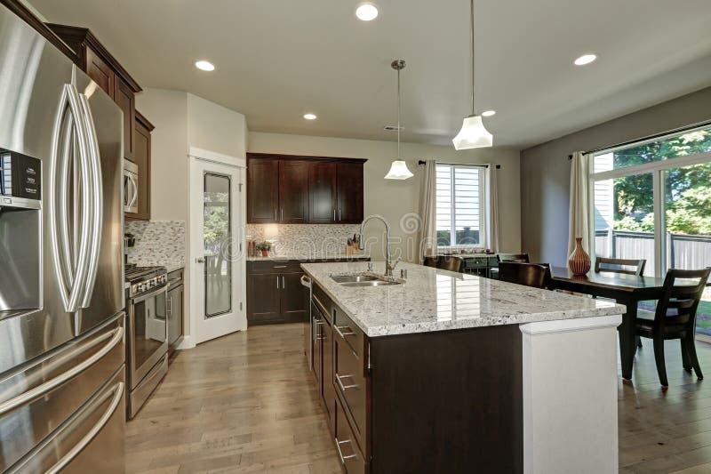 Groot keukeneiland in moderne open plankeuken stock fotografie