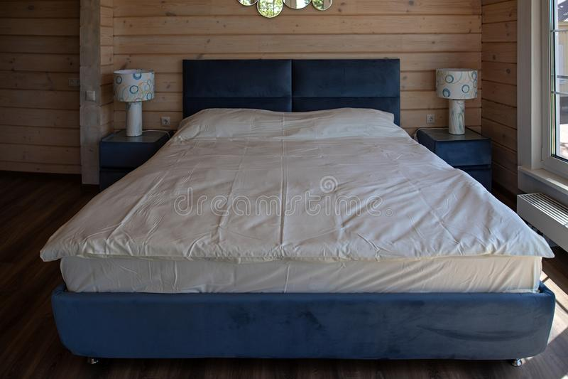 Groot keurig tweepersoonsbed in het luxehotel stock foto