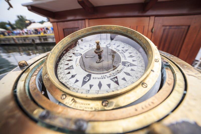 Groot kompas op een schip stock foto's