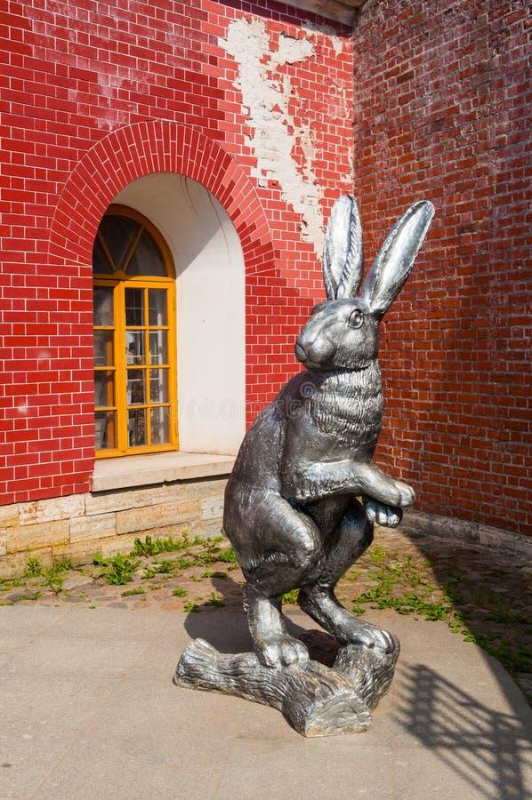 Groot konijnbeeldhouwwerk op het grondgebied van Peter en van Paul vesting in St. Petersburg, Rusland royalty-vrije stock afbeelding