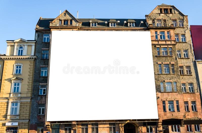 Groot leeg aanplakbord op muur van de historische bouw stock foto's