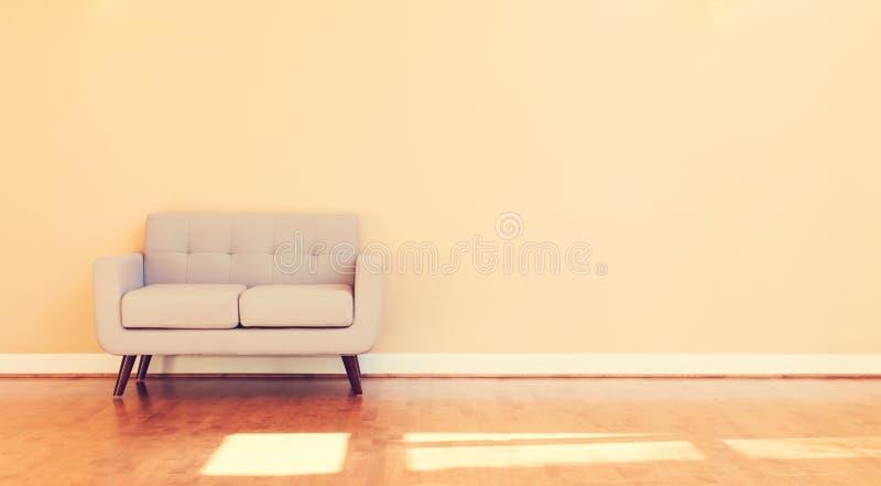 Groot luxe binnenlands huis met loveseat stock foto