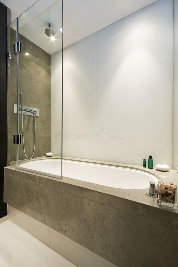 Groot luxebad met marmeren tegels stock foto