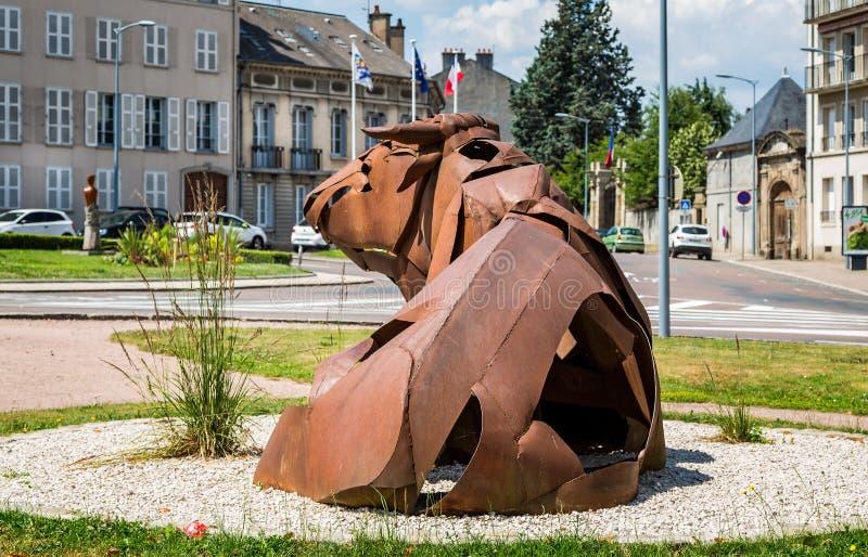 Groot metaalbeeldhouwwerk van stierenzitting in parkland in Autun, Bourgondië, Frankrijk stock foto's