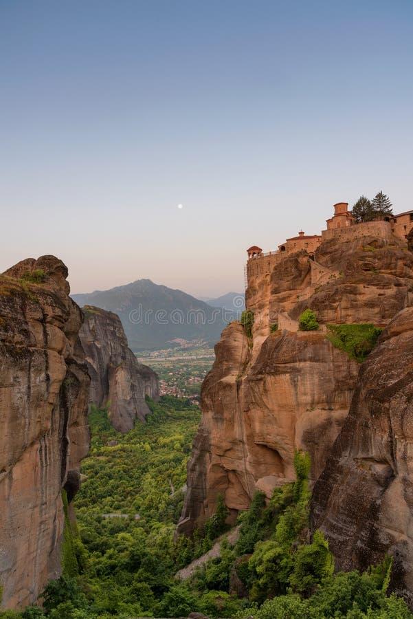 Groot Meteoron-Klooster Mooie toneelmening, de oude traditionele Griekse bouw over de bovenkant van reusachtige steenpijler in Me stock afbeeldingen