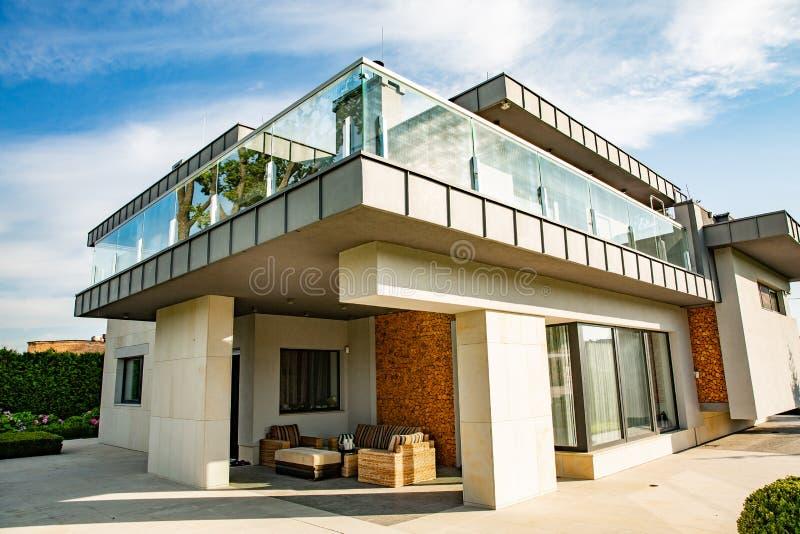Groot modern mooi torenhoog huis Privé huis royalty-vrije stock foto's