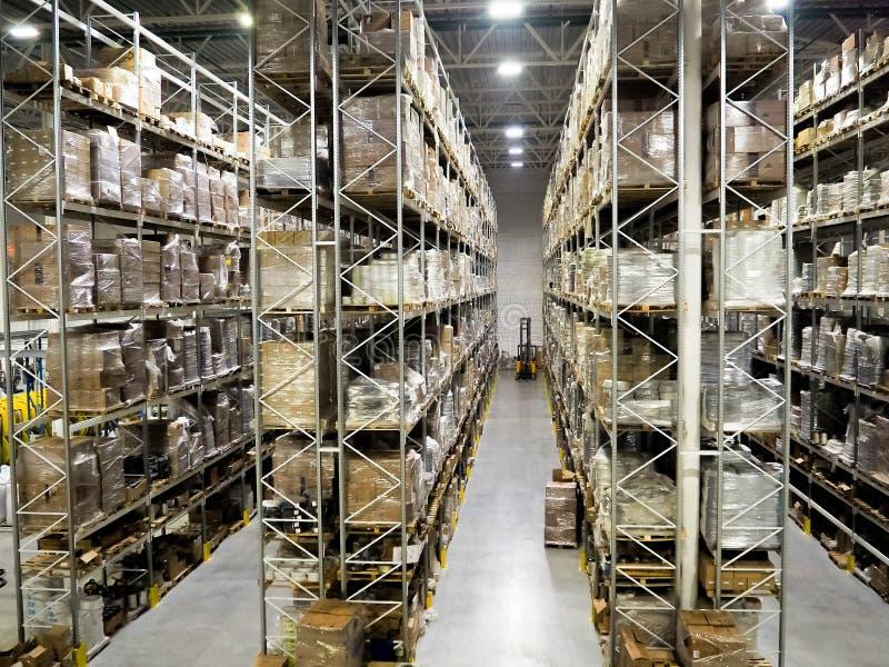 Groot modern vaag industrieel pakhuis en logistiekbedrijven Pakhuis op de vloer en geroepen de hoge planken stock afbeeldingen