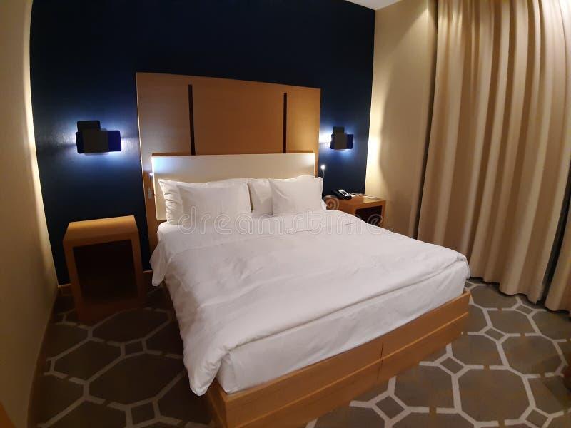 Groot mooi bed binnen het hotel Sotchi 05 10 2019 royalty-vrije stock foto's