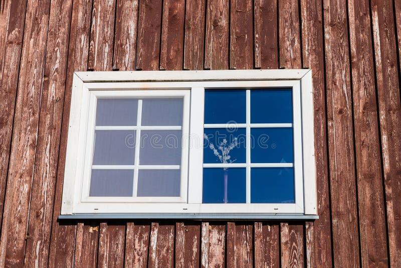 Groot, mooi - gevormde huisvensters stock foto