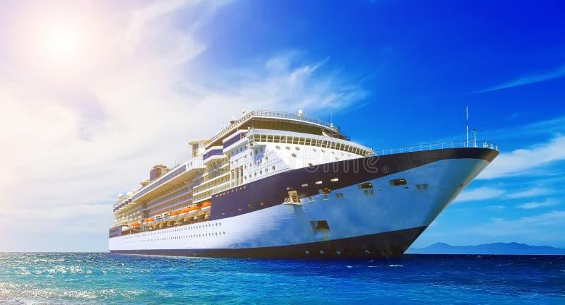 Groot mooi op zee cruiseschip en aardige bewolkte hemel op achtergrond royalty-vrije stock afbeelding