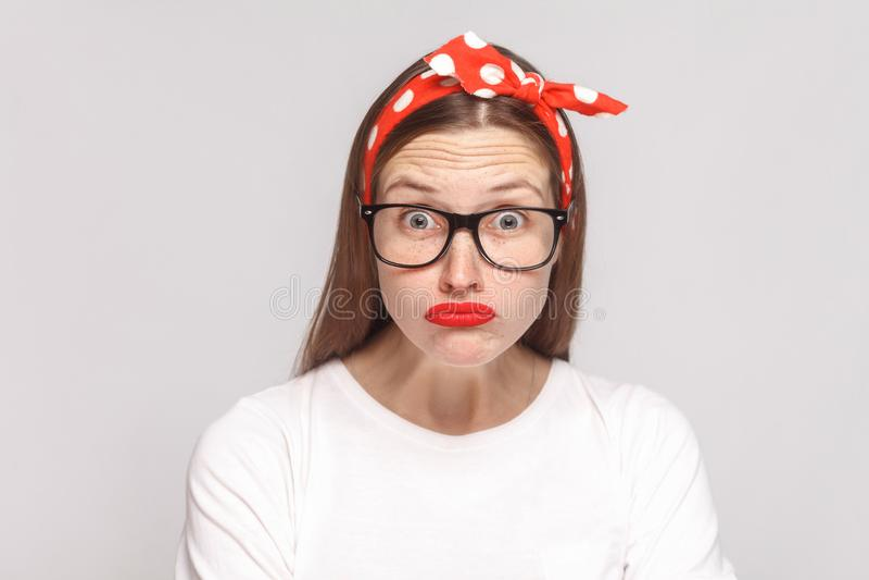 Groot ogen geschokt gezicht van mooie emotionele jonge vrouw in whit royalty-vrije stock foto