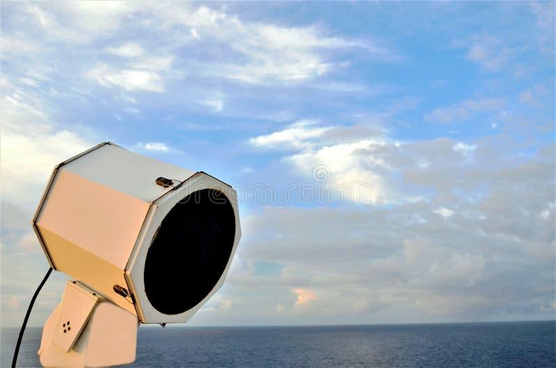 Groot onderzoekslicht van het vrachtschip royalty-vrije stock afbeeldingen