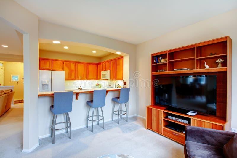 Groot ontwerp voor huis met een open muur tussen keuken en Li royalty-vrije stock foto