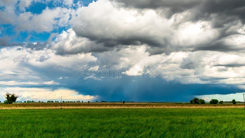 Groot onweer op het gebied van Itali? stock fotografie