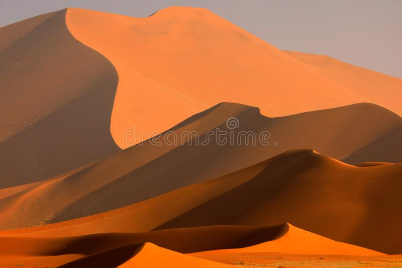 Groot oranje duin met blauwe hemel en wolken, Sossusvlei, Namib-woestijn, Namibië, Zuid-Afrika Rood zand, grootste dun in de were stock foto