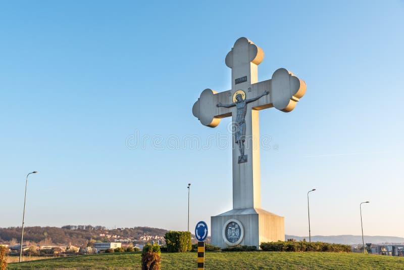 Groot Orthodox Christelijk kruis op de ingang aan Kragujevac-stad als oriëntatiepunt en symbool voor toeristen stock foto